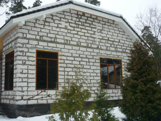 За счет пористой структуры пенобетона в домах, построенных из пеноблоков, устанавливается такой же микроклимат, как и в деревянном доме